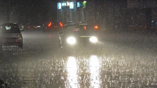 Autofahrer aufgepasst: Am Montag kann es örtlich zu starken Regenfällen kommen. (Archivbild)
