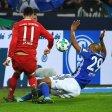 Wegen dieser Szene regt sich ganz Schalke auf: Naldo springt nach einer James-Grätsche der Ball an die Hand.