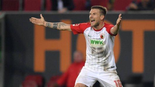 Muss nach seiner Masturbations-Geste im Spiel gegen RB Leipzig mit einer Strafe rechnen: Augsburgs Kapitän Daniel Baier.