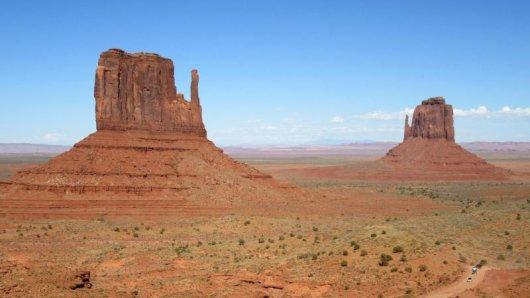 Ikonisches Amerika-Bild und beliebtes Fotomotiv: Monument Valley mit West Mitten Butte und East Mitten Butte.
