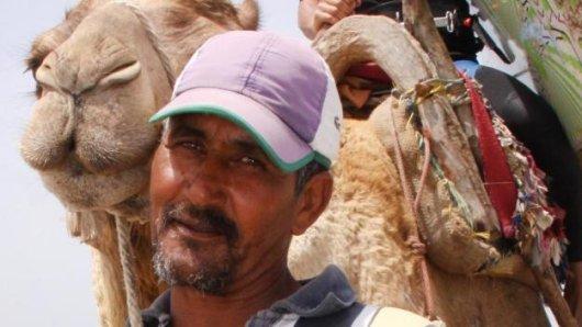Kameltreiber Ibrahim bringt Surfer Yassin Said mit dem Kamel-Taxi zu den besten Wellen