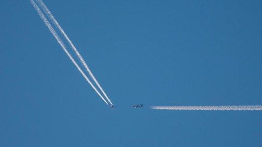 Der Mindestabstand zwischen zwei Flugzeugen hängt von der Distanz zu einem Flughafen, dem Gewicht und der Wirbelschleppenkategorie ab.