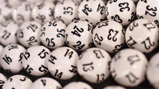 Lottokugeln in einem Koffer.