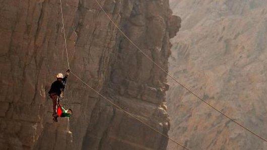 Zipline in denBergen:Mit derartigenAdrenalin-Attraktionen lockt Ras al Khaimah Urlauber in seine Berge.