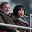 Gerhard Schröder und seine Lebensgefährtin Soyeon Kim verfolgen in der HDI-Arena ein Spiel.