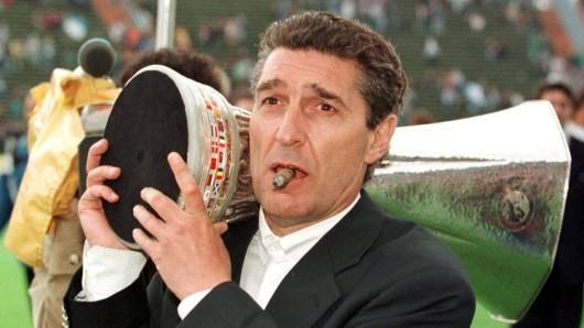 Stilecht mit Zigarre und Pott: Schalke-Legende Rudi Assauer.