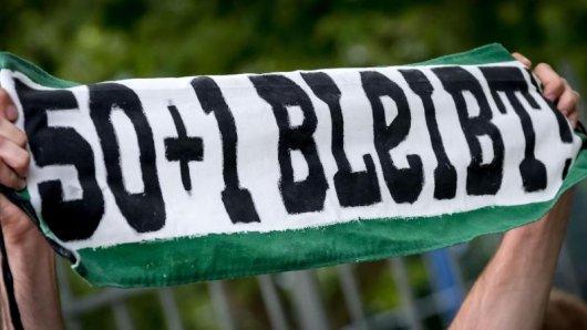 Fans von Hannover 96 protestieren für die 50+1-Regel vor dem Stadion des Fußball-Bundesligisten.