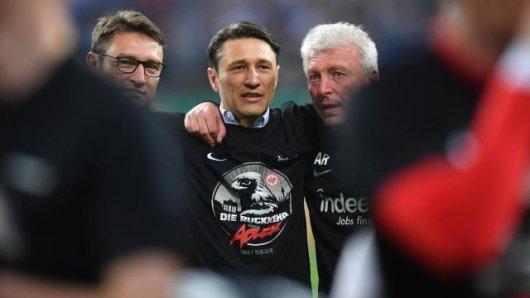 Eintracht-Coach Niko Kovac (M) feiert mit seinem Bruder Robert (l) sowie dem zweiten Co-Trainer Armin Reutershahn den Finaleinzug.