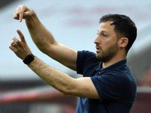 Schalkes Trainer Domenico Tedesco versucht im Spiel gegen den FC Köln seinen Spielern Anweisungen zu geben.