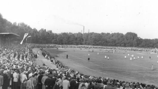 Das Schwelgernstadion in Duisburg-Hamborn war um 1925 eines der größten und modernsten Stadien Westdeutschlands. Das Bild zeigt ein gut besuchtes Fußballspiel im Jahr 1950.