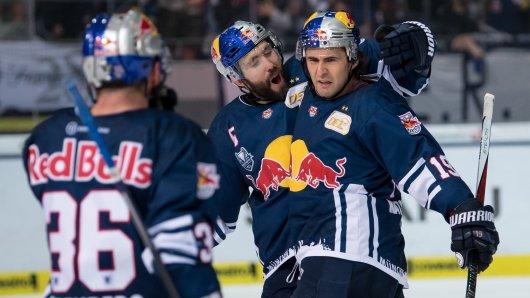 Münchener Jubel im Eishockey-Finale gegen Berlin: Ein klares 6:3 brachte die Deutsche Meisterschaft.
