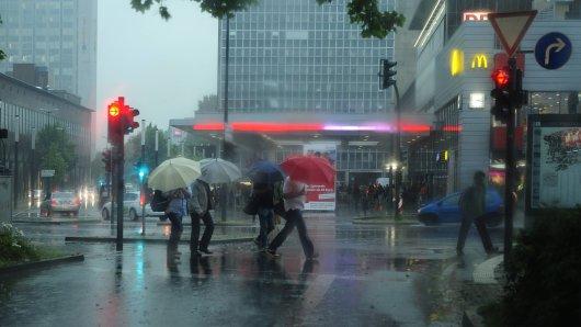 Die Unwetterzentrale warnt für Donnerstag vor gewittrigen Schauern. (Symbolbild)