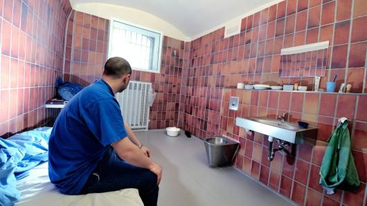 In eine dieser Arrestzellen der JVA Bochum sollte der gewalttätige Häftling gesperrt werden. (Archivbild)
