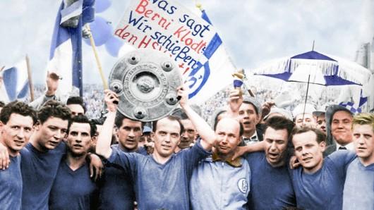 Schalke-Kapitän Berni Klodt reckt am 18. Mai 1958 die Meisterschale in den Hannoveraner Himmel.