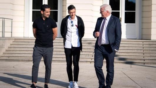 Bundespräsident Frank-Walter Steinmeier (r), mit Ilkay Gündogan (l) und Mesut Özil im Schloss Bellevue.