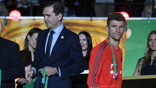 Thomas Müller (r) muss vor der WM noch die Niederlage im DFB-Pokalfinale verdauen.