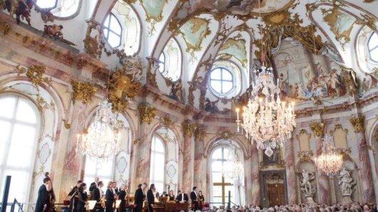 Musiker des Würzburger Mozartfestes stehen im Kaisersaal der Residenz vor dem Publikum. Dem Auftaktkonzert am 25. Mai in der Unesco-Weltkulturerbestätte folgen bis zum 24. Juni 2018 mehr als 60 Konzerte an mehr als 20 Spielstätten.