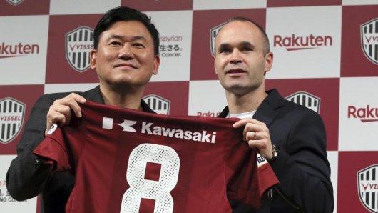 Andres Iniesta (r.) bei der Vertragsunterzeichnung bei seinem neuen Verein Vissel Kobe.
