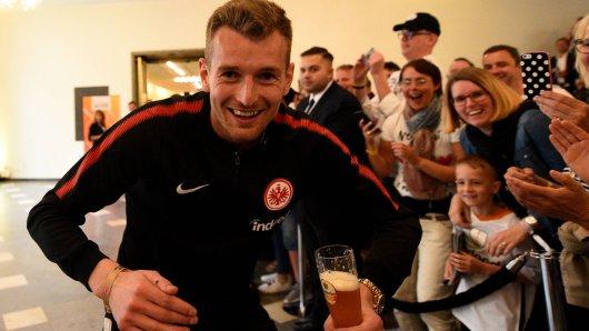 Ein Mann und sein Bier: Lukas Hradecky.