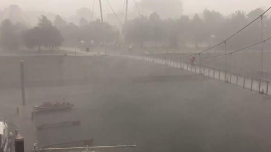 In Duisburg hatte das Unwetter extreme Folgen, wie ein Twittervideo eindrucksvoll zeigt.