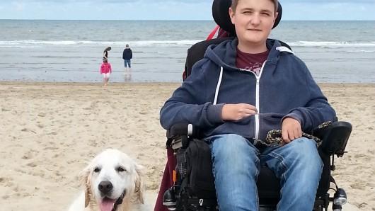 Jenson Kersten mit seiner ausgebildeten Assistenzhündin Doreen, die 2017 unerwartet gestorben ist und eine große Hilfe für den jungen Mann war.