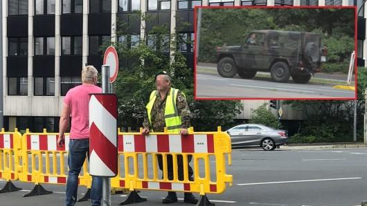 An mehreren Straßen in Essen waren Männer in Bundeswehr-Uniformen positioniert.
