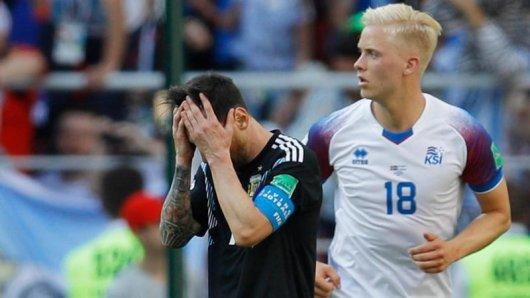 Nach seinem verschossen Elfmeter kann Lionel Messi (l) seine Enttäuschung nicht verbergen.