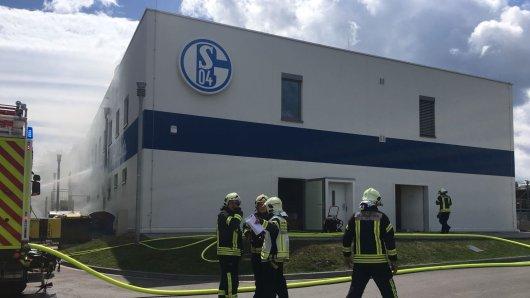 Die Feuerwehr bekämpft den Brand auf dem Vereinsgelände des FC Schalke 04.