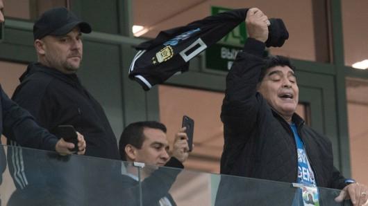 Diego Maradonna feuert Argentinien gegen Nigeria aus der VIP-Loge an.