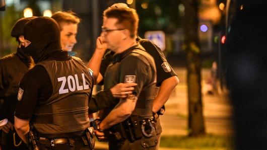 Polizei, Ordnungsamt und Zoll bei einer Razzia im Nordviertel der Essener Innenstadt im April 2018.