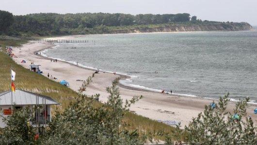 Die gesperrte Ostseehalbinsel Wustrow (hinten), vorn der Ostseestrand von Rerik. Für Jahrzehnte war die Halbinsel Wustrow geheimnisumwittert.
