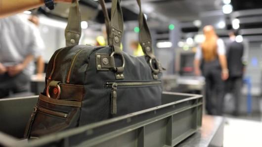 Damit wichtige Medikamente auf Reisen nicht verloren gehen, kommt die Reiseapotheke am besten ins Handgepäck.