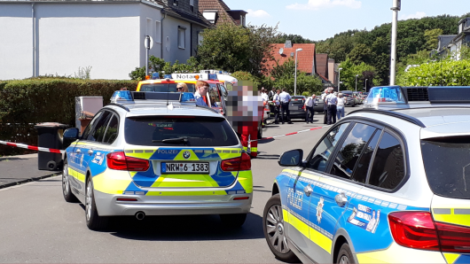 Die Polizei sperrte die Straße am Lindenhof in Mülheim ab.