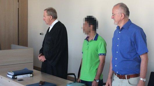Der Angeklagte Stevica R. neben seinem Verteidiger Heinz-Walter Lindemann (li.) und dem Dolmetscher des Gerichts (re.).
