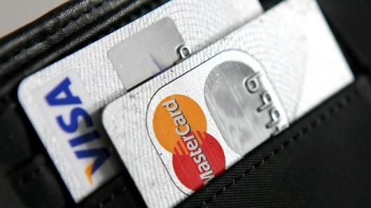 Viele Flugportale nehmen noch immer Gebühren für die Zahlung mit Kreditkarte, obwohl das per Gesetz verboten ist.