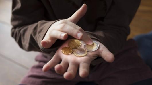 Viele Eltern können ihren Kindern aus finanziellen Gründen nicht ermöglichen, in den Urlaub zu fahren. (Symbolbild)