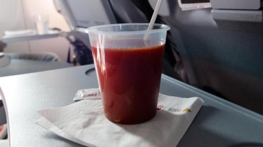 Weil Tomatensaft in der Luft so beliebt ist, bietet ihn die Lufthansa-Tochter Swiss nun auch auf vielen kürzeren Europastrecken an.