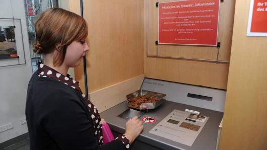 Bei der Sparkasse zahlst du seit August 3 Prozent Gebühr, wenn du Münzgeld einzahlen willst. (Symbolbild)