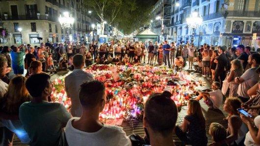 Trauerende haben auf der Promenade Las Ramblas Blumen und Kerzen abgelegt. Terroristen hatten einen Lieferwagen in eine Menschenmenge auf der Flaniermeile gesteuert.