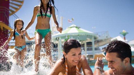 Spaß mit den Kindern am Pool:Auch NorwegianCruise Line bietet Familien Rabatte für denNachwuchs.