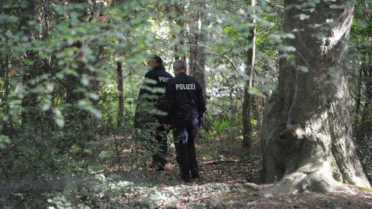 Einsatzkräfte der Polizei durchkämmten am Montag die Umgebung des Tatorts auf der Suche nach der Tatwaffe.