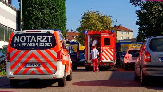 Die Feuerwehr brachte den Mann mit dem Rettungswagen ins Krankenhaus.