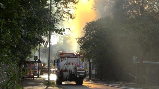 Großeinsatz der Feuerwehr Duisburg: Ein Dachstuhl in Bruckhausen steht in Flammen.