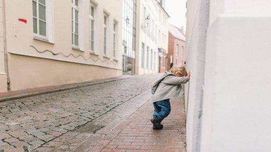 Kinder haben in Düsseldorf eine Hausfassade beschädigt. (Symbolbild)