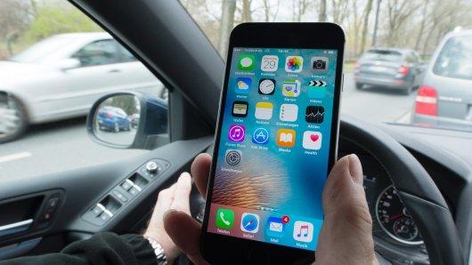 Der gefährliche Blick aufs Handy: Die Polizei kontrolliert am Donnerstag Auto-und Radfahrer in ganz Deutschland.