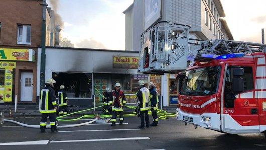 Einsatzkräfte der Feuerwehr Essen haben die Flammen an der Steeler Straße gelöscht.
