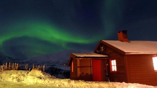 Polarlichter (Aurora borealis) über Tromsö. Lufthansa bietet im kommenden Winter erstmals Direktflüge von München in den hohen Norden Norwegens an.