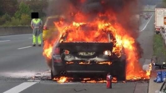 Ein Pkw ging in Flammen auf.