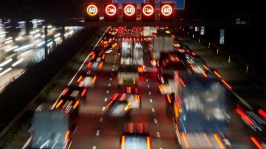Die Autobahnen sollen am kommenden Wochenende weitgehend frei bleiben. Voll wird es dagegen in den Innenstädten.