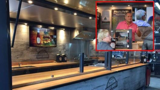 """Peter Jürgens aus Bochum verkauft """"die Echte"""" Currywurst von Dönninghaus an der Nordsee."""